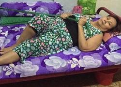 Hoàng Lan lấy dây buộc bụng để ngồi dậy trên giường bệnh
