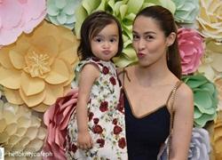 Con gái 'mỹ nhân đẹp nhất Philippines' chu mỏ làm duyên cực dễ thương