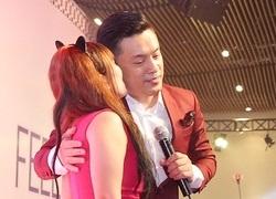 Lam Trường vội lau son vì bị fan nữ 'cưỡng hôn'