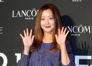 Kim Hee Sun mất điểm vì mặt căng tròn, bóng nhẫy