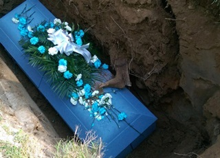 Đào huyệt chôn cất cha, cả gia đình rùng mình phát hiện hình ảnh này trên quan tài