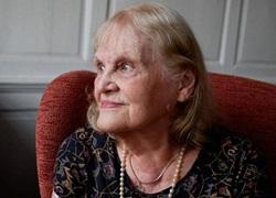 Cụ bà 90 tuổi ở Anh lấy năm bằng cử nhân, thạc sĩ