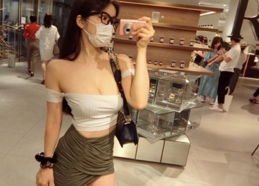 Sở thích mặc bạo, tiết lộ số đo vòng 1 của mẫu Nhật