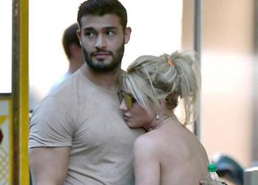 Britney Spears nũng nịu ngả vào lòng bồ trẻ trong công viên Disney