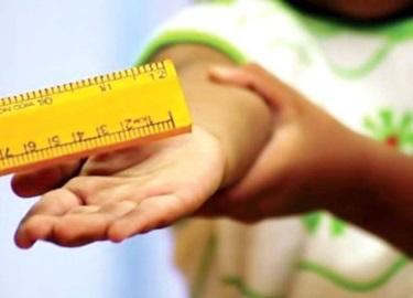 Giáo viên tiểu học bị tố đánh gãy thước khiến học sinh tím chân
