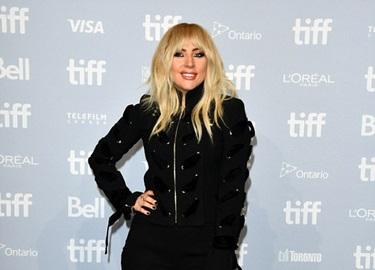 Lady Gaga kín đáo vẫn 'quái dị' trên thảm đỏ