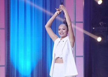 Mai Ngô cắt tóc trên sân khấu game show