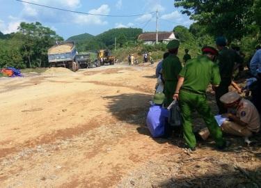 Ngăn bố mẹ phản đối thi công đường, cô gái trẻ bị xe ben cán tử vong
