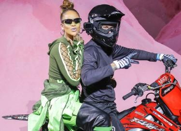 Rihanna cưỡi môtô kết thúc show thời trang