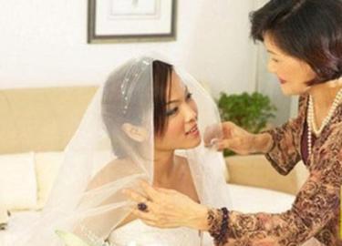 Bố dượng tủi thân khi ngày cưới con gái riêng của vợ chỉ mời bố đẻ lên, nào ngờ...