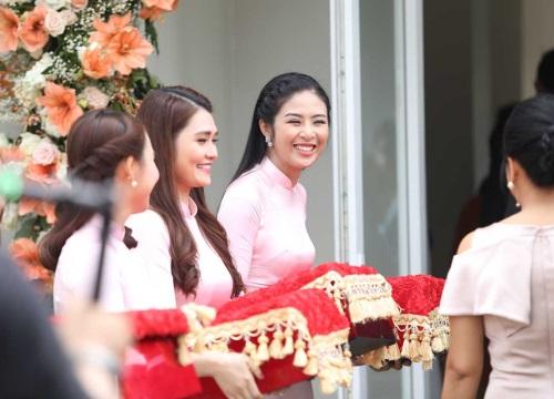 Ngọc Hân nổi bật giữa dàn mỹ nữ áo dài hồng đỡ tráp đám cưới Hoa hậu Thu Thảo