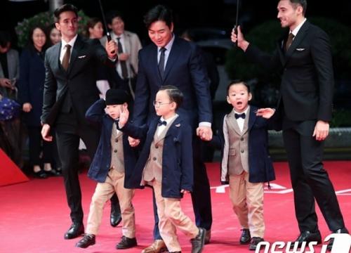 Bộ ba Daehan, Minguk, Manse siêu đáng yêu, 'đè bẹp' sao Hàn trên thảm đỏ Liên hoan phim Busan lần thứ 22
