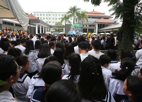 Hàng nghìn học trò chào thầy Văn Như Cương lần cuối