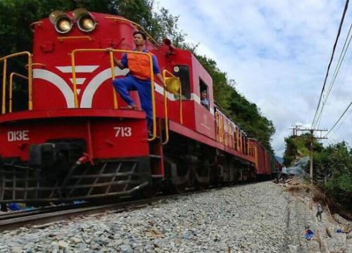 """Chính thức thông tuyến đường sắt Bắc - Nam sau 10 ngày """"tê liệt"""" vì bão"""
