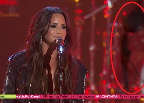 Fan cuồng thi nhau ném 'đồ người lớn' lên sân khấu biểu diễn của Demi Lovato