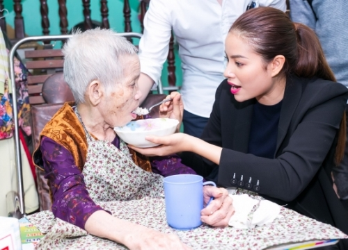 Phạm Hương gây xúc động với khoảnh khắc bón cơm cho cụ bà neo đơn