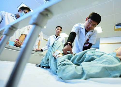 Sinh viên Y bức xúc trước dự thảo ưu tiên thi bác sĩ nội trú