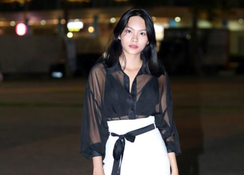 Con gái diễn viên Kiều Trinh mặc áo xuyên thấu đi sự kiện
