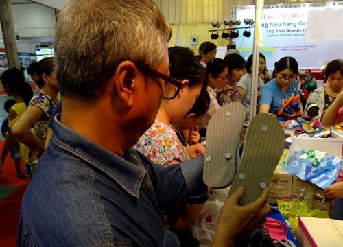 """Hà Nội: Hàng nghìn người chen chân vào hội chợ """"săn lùng"""" hàng tiêu dùng Thái Lan"""