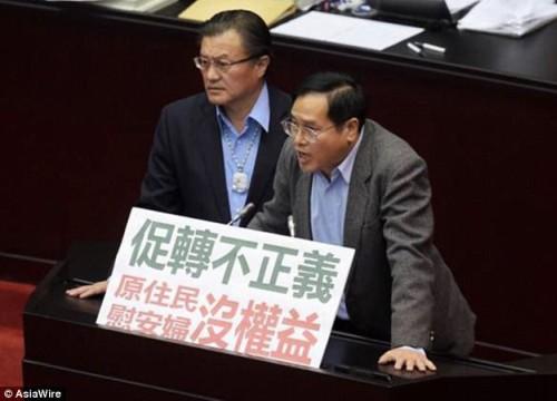 Nghị sĩ Đài Loan giận dữ ném bình nước vào phe đối lập giữa phiên họp