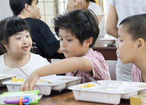 Con trai Thanh Thúy ăn cơm chung với trẻ mồ côi