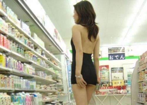 """Gái châu Á mặc váy ngắn cũn đi siêu thị khiến anh em """"khóc thét"""""""