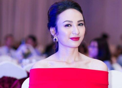 Hoa hậu Ngọc Diễm vai trần đi sự kiện