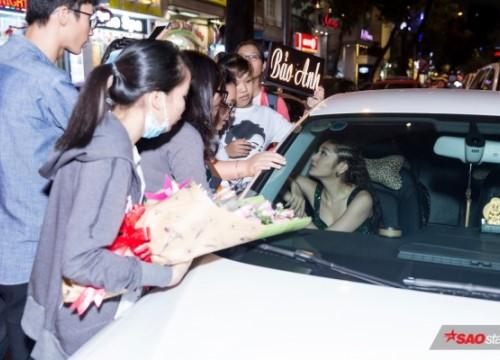 Mặc trời mưa, fan vẫn bất chấp đứng vây quanh xe để trò chuyện cùng Bảo Anh