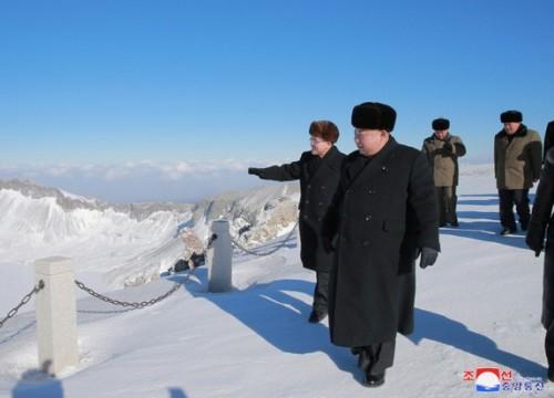 Ông Kim Jong-un leo núi thiêng cao nhất Triều Tiên