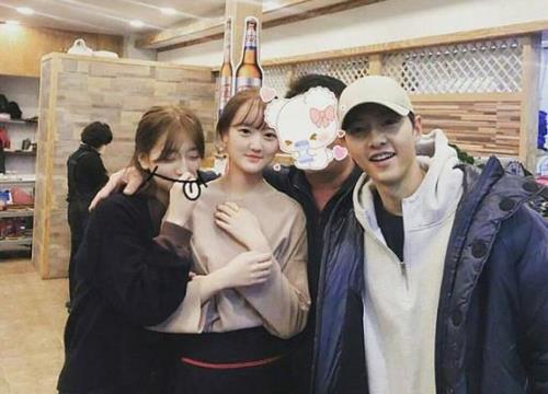 Về quê ra mắt họ hàng, Song Joong Ki tươi rói chụp hình, Song Hye Kyo cố ý tránh mặt