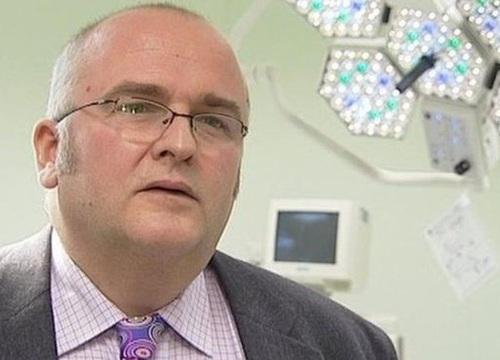 Bác sĩ phẫu thuật khắc tên mình lên gan bệnh nhân