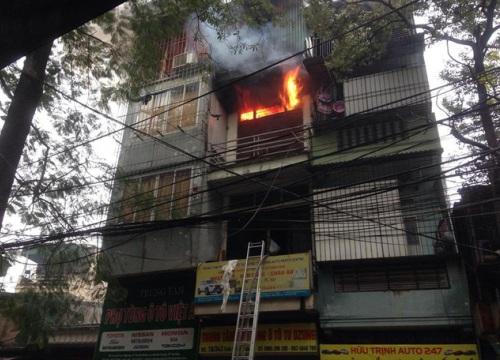 Hà Nội: Ngôi nhà 4 tầng trên phố bốc cháy dữ dội