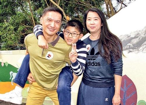 Tài tử TVB Trần Cẩm Hồng nỗ lực cùng con trai chiến thắng tự kỷ