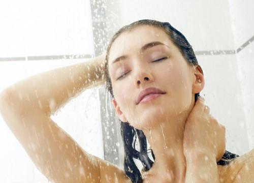 Vì sao sáng dậy nên tắm nước lạnh thay vì nước ấm?