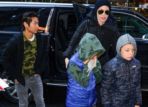 Pax Thiên chững chạc bên các em khi tới New York