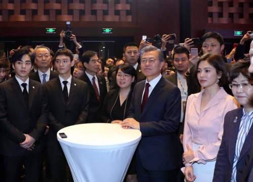 Song Hye Kyo xinh đẹp, tràn trề sức sống bên cạnh Tổng thống Hàn sau khi bị chê phờ phạc