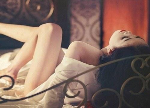 Trên giường, vợ sung quá chồng nổi khùng