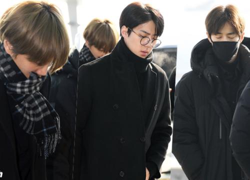 Ngày đưa tiễn Jonghyun, EXO nặng nề, tiều tụy vội ra sân bay để đi Nhật theo lịch trình
