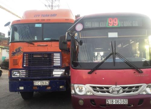 Kinh hoàng xe buýt rượt đuổi xe container giữa phố SG