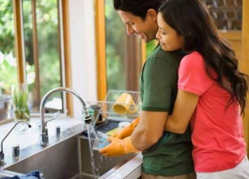 """Lý do chồng """"không giúp vợ làm việc nhà"""" khiến các bà vợ sung sướng"""