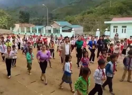 Thầy hiệu trưởng cùng học sinh vùng cao nhảy Cha Cha Cha
