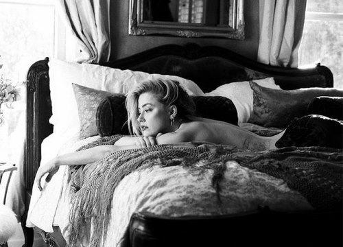 Vừa tái hợp với tỷ phú, Amber Heard lại bán nude trước ống kính người tình cũ