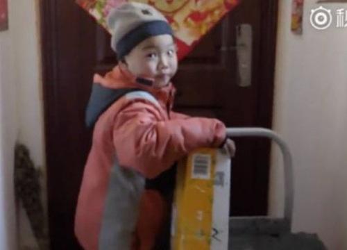 Bé trai mồ côi 7 tuổi tự giao hàng kiếm sống ở Trung Quốc