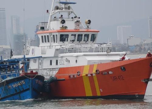 Cứu 11 thuyền viên trên tàu cá gãy bánh lái giữa gió giật cấp 7