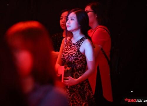 Bạn gái lặng lẽ theo dõi Hoài Lâm hát cùng Hoà Minzy