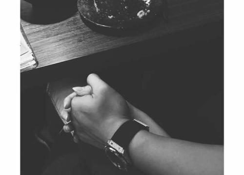 Chỉ cần nắm tay đã thấy hạnh phúc quên lối về