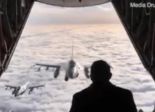 Thủ tướng Đan Mạch đứng chào máy bay chiến đấu ở độ cao 4.800 m