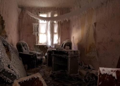"""Nhà hoang hóa """"cung điện băng tuyết"""" vì giá rét âm 61 độ C ở Nga"""