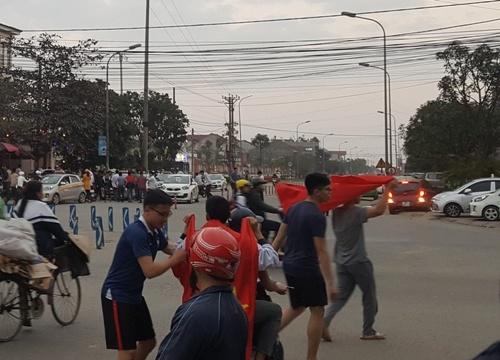 """Cờ Tổ quốc """"cháy hàng"""" sau trận U23 Việt Nam thắng U23 Qatar"""