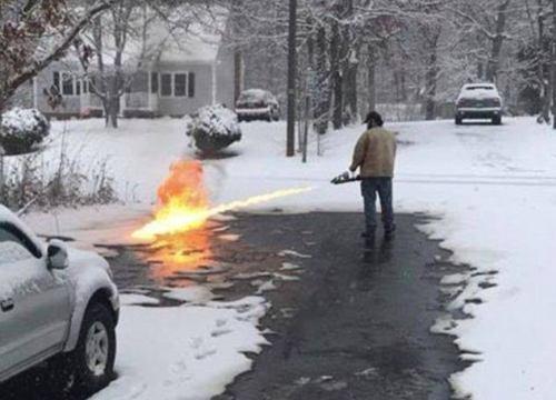 Mỹ: Dùng súng phun lửa dọn tuyết trong nháy mắt